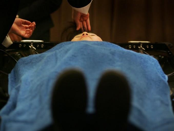 Dandan dan pakai baju pemakaman waktu tidur Kamu bakal kelihatan seperti salah satu dari mereka, jadi mungkin ada anggota dari dunia lain itu yang bakal bertamu dan menyapamu.