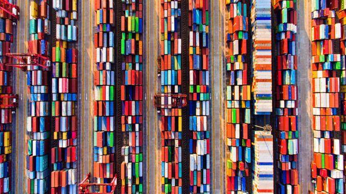 Seorang anak di Tiongkok bernama Pan Yinzhi yang berusia 13 tahun memotret kontainer yang berjajar rapi dan berwarna-warni di sebuah pelabuhan.