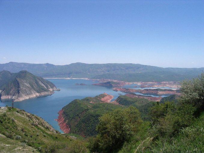 Dam paling tinggi di dunia ada di Tajikistan pulsker. Namanya adalah Nurek Dam yang memiliki tinggi 300 meter atau 980 kaki. Mulai dibangun pada 1961 dan selesai pada tahun 1980. Dam ini nampak menyatu dengan alam.