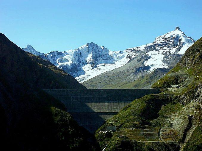Berdiri megah setinggi 285 meter atau 935 kaki diatas sungai Dixence, inilah Grande Dixence Dam di Swiss. Dam ini pun juga digunakan sebagai pembangkit listrik pulsker. Dan mampu mengaliri listrik di 40.000 rumah di sekitar sungai.