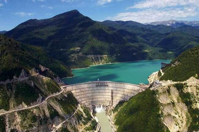 Selanjutnya ada Enguri Dam yang berada di sungai Enguri. Tingginya mencapai 271,5 meter atau 891 kaki. Letak dam ini berada di Georgia.