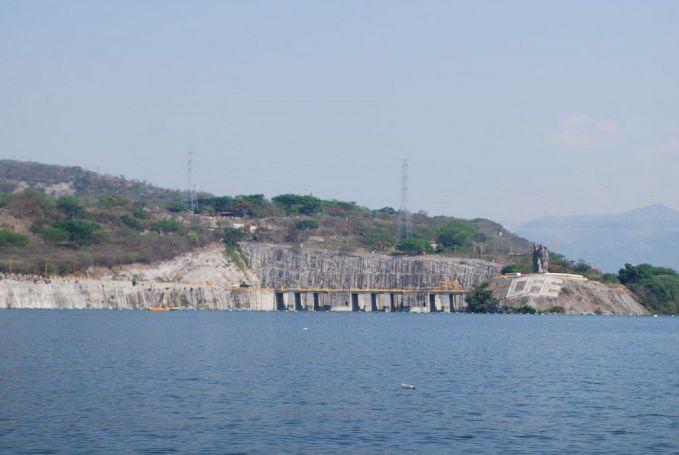 Di nomor enam ada Manuel Moreno Torres Dam di Mexico. Letaknya berada di sungai Grijala dan tingginya 261 meter atau setara dengan 856 kaki pulsker. Dibangun pada tahun 1974 dan selesai pada 1980.