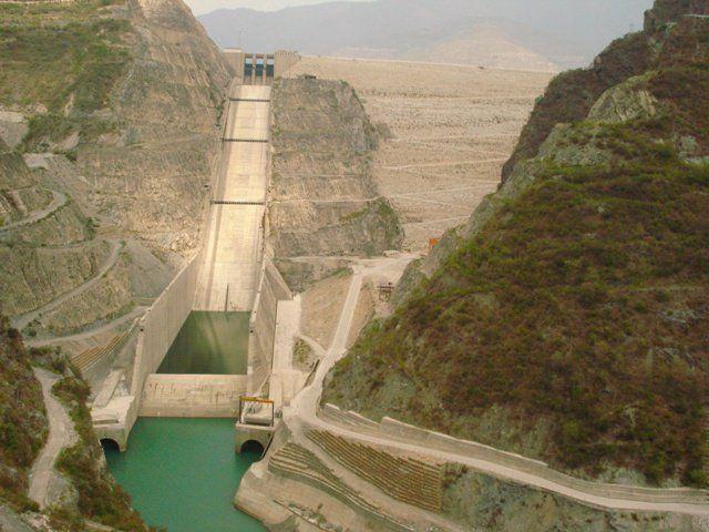 Sementara itu di India, terdapat dam Tehri yang berada di sungai Bhagirathi. Digunakan untuk pembangkit listrik dan penyuplai air bagi penduduk, dam ini memiliki tinggi 260,5 atau 855 kaki pulsker.