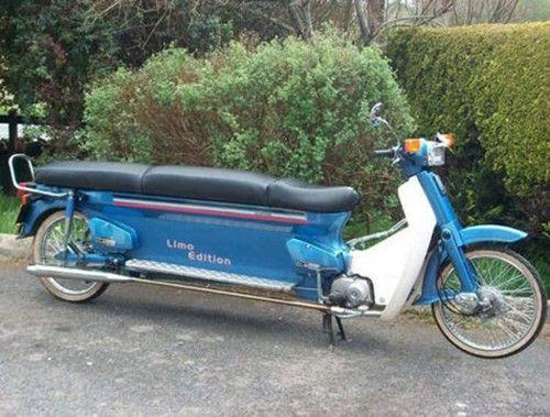 Ini baru yang namanya motor limosin..liat aja, nggak cuma sadelnya aja yang panjang, tapi footstepnya juga.