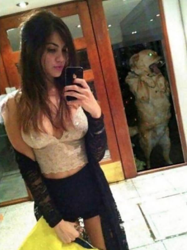 Wow..sexy ya..tapi lihat deh, ternyata dibelakang wanita ini ada anjing yang nggak mau kalah exis ingin berfoto.