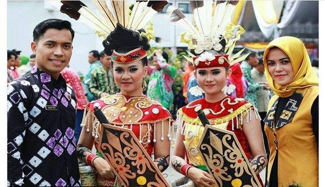 Taliwang atau perisai dengan motif beragam juga menjadi andalan Suku Dayak.