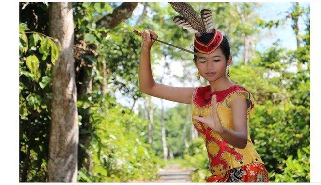 Salah satu ciri khas dari pakaian wanita suku ini adalah ikat kepala yang dilengkapi dengan bulu burung.