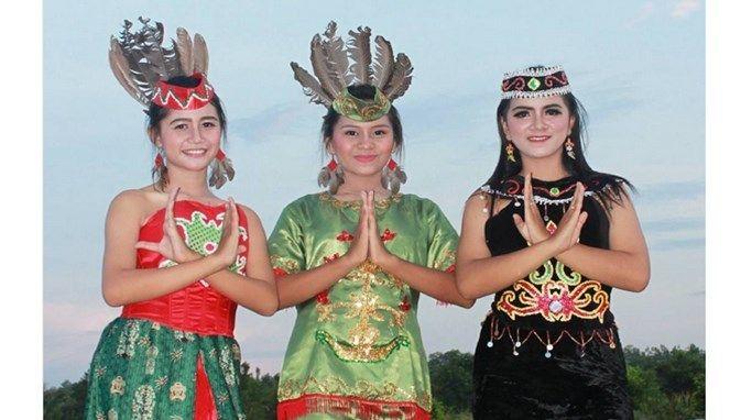 Dayak sendiri juga dibagi dari beberapa suku lagi dan setiap sukunya memiliki keistimewaan masing-masing dari tempat mereka berasal.