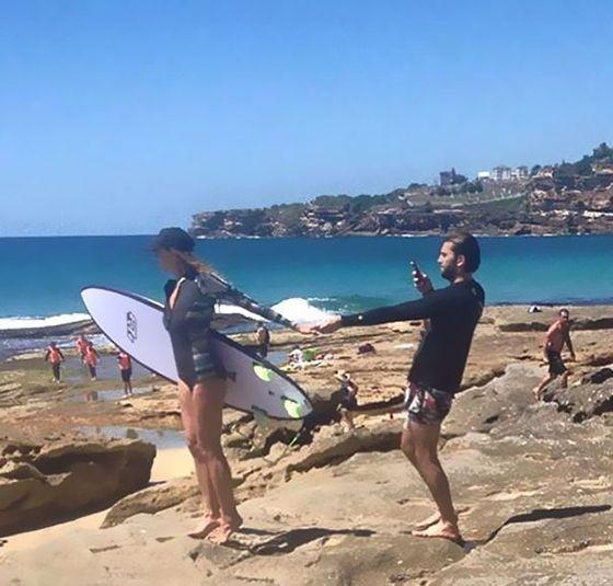 Beneran bisa main surfing? Jangan-jangan cowoknya disuruh motret biar kelihatan keren aja.