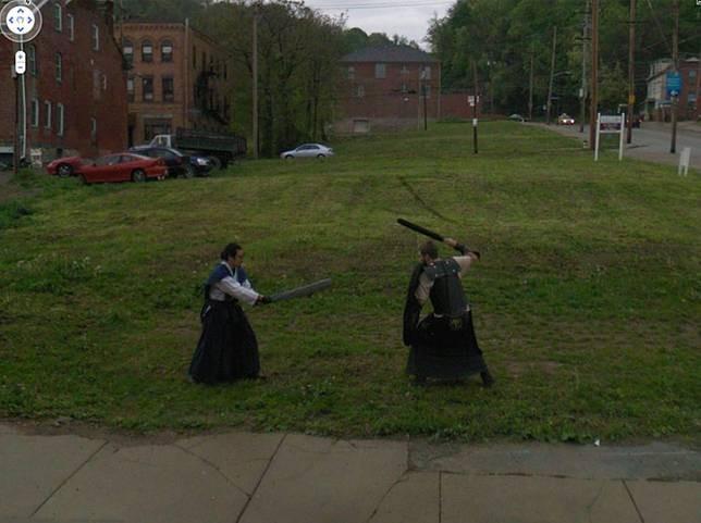 Medieval Foto pertama yang tertangkap kamera seperti orang yang sering menonton film medieval. Terlihat pada gambar 2 orang terekam Google Street View sedang berkelahi dengan menggunakan kostum kerjaan jaman dulu.