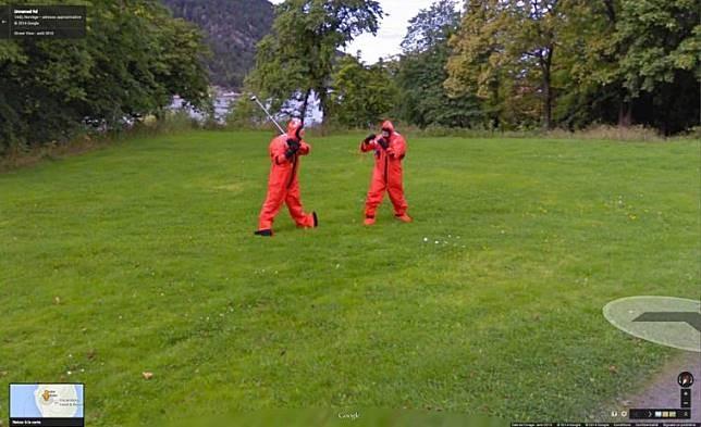 Berkelahi Lagi, pada foto ini terlihat dua orang tertangkap kamera Google Street View sedang berkelahi, tapi mereka seperti menggunakan kostum peneliti.