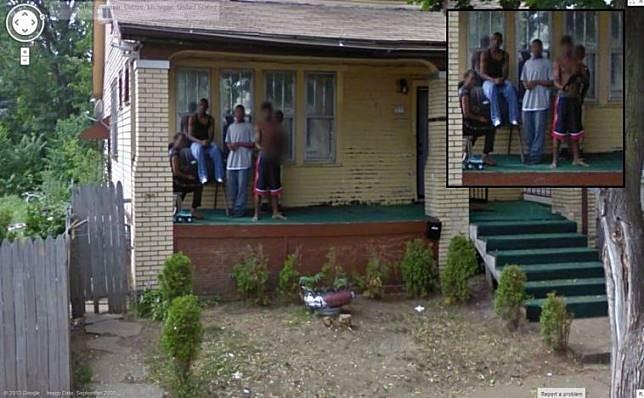 Rumah Gangster Kumpulan foto ini diambil disalah satu jalanan kota Detroit, Amerika. Saat mengambil gambar ini sepertinya para gengster ini tidak menyukai kehadiran Google Street View.