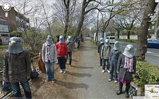 Manusia burung Pada foto ini tampak jika kumpulan pria dan wanita sedang menggunakan penutup kepala berbentuk burung di Jepang. Kira-kira mereka sedang melakukan apa ya?