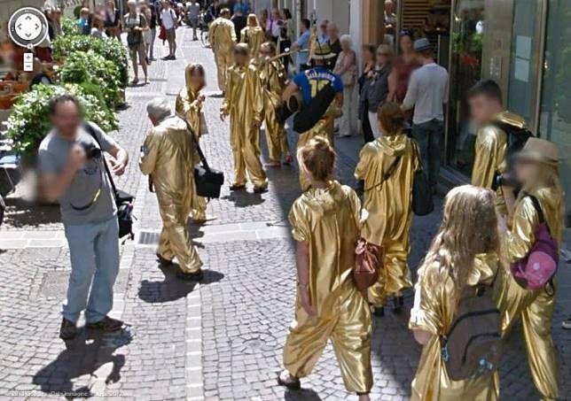 Manusia emas Pada foto ini terlihat sekelompok orang sedang mengenakan pakaian emas di sebuah jalanan di Italia. Tapi tidak diketahui apa yang sebenarnya mereka lakukan dengan kostum itu.