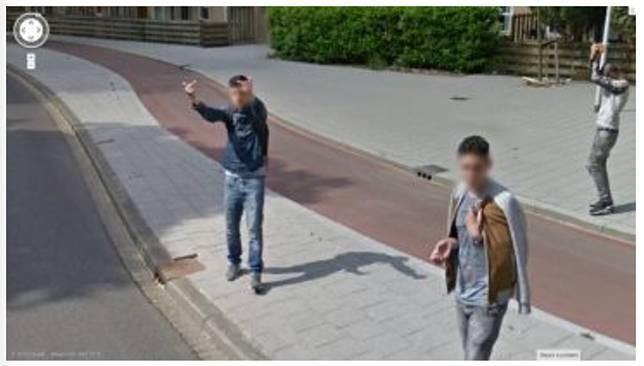 Tingkah anak jalanan Foto selanjutnya saat sekelompok anak jalanan yang kelihatannya tidak senang dengan kehadiran Google Street View. Terlihat pada foto ini mereka mengacungkan jari tengah pada kamera.