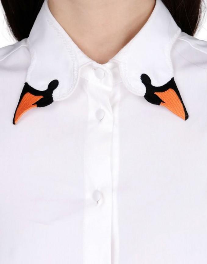 Simpel, mudah dan unik. Itulah yang tergambar dalam kerah baju berwarna putih bermotif dua kepala angsa ini pulsker.