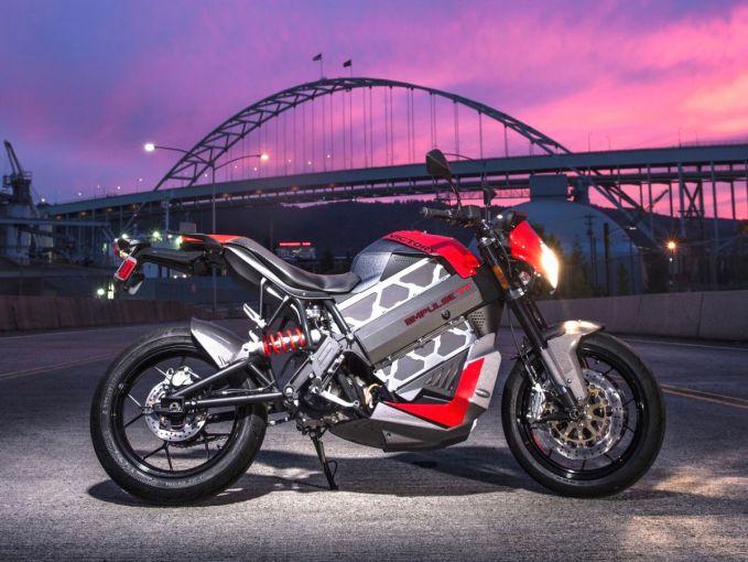 Ini nih motor keren keluaran Victory Motorcycles, Empulse TT yang dibanderol seharga 19.999 dolar. Jarak tempuh untuk motor ini adalah 100 mil dan dilengkapi dua charger untuk dayanya. Wah lumayan kali ya buat touring pulsker?.