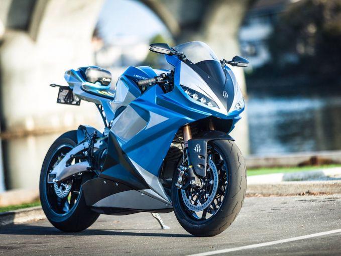 Motor keluaran pabrikan Lightning Motorcycle ini dinobatkan sebagai motor listrik tercepat saat dijajal di sirkuit Bonneville Speedway, Utah pada 2011 lalu pulsker. Mampu menempuh jarak hingga 100 mil dan harganya dibanderol dengan 38.888 dolar saja. Hmm, tertarik?.