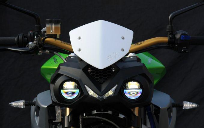 Pabrikan Energica mengeluarkan nama yang cukup unik, The Eva. Mampu mengarungi jarak sejauh 124 mil dan diisi ulang selama 3.5 jam saja pulsker. Harganya dibanderol 26.500 dolar. Walaupun namanya unik soal garang dan sporty gak kalah nih motor.