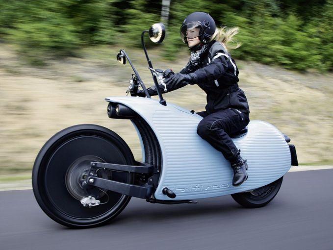 Ini nih yang menyita perhatian pecinta motor gede, The Johammer J1. Motor hasil bikinan pabrikan asal Austria ini mampu mengarungi jalanan hingga 200 kilometer lho pulsker. Sistemnya jadi satu dengan penggerak belakang jadi lebih mantap. Cocok nih buat kalian yang suka touring jauh dan cinta lingkungan.