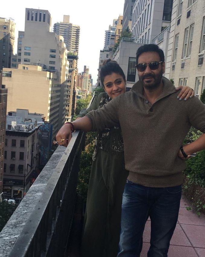 Tapi awas, kalian jangan macam-macam sama Kajol. Karena sang suami Ajay Devgan selalu ada di sampingnya menjaga dia pulsker. Wah, romantis banget ya mereka. Beda jauh kan transformasi wajahnya sekarang?. Makin tua makin mempesona.