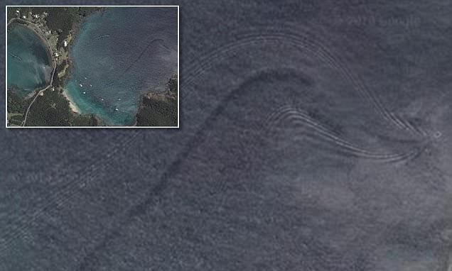 Google Earth menangkap sesosok penampakan aneh di sebuah laut sekitar New Zealand, 2014 lalu. Entah apa yang ada sebenarnya, ada yang bilang sih itu adalah paus atau sesosok ikan hiu raksasa. Semoga saja bukan Godzilla ya pulsker?. Hiii, serem kan?.