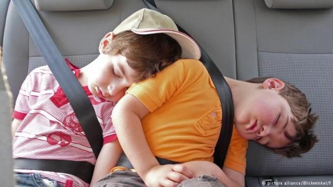 Saat kita tidur dan memasuki tahap Rapid Eye Movement (REM) atau tertidur pulas, semua otot-otot kita baik tangan maupun kaki menjadi lumpuh lho pulsker. Dan untuk sementara tak bisa bergerak. Makanya orang tidur kadang bisa diam seperti patung ya?.