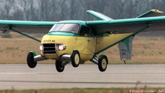 Ini adalah mobil terbang N102D yang berwarna kuning hijau diproduksi tahun 1960. N102D ini adalah Aerocar yang dengan mesin pesawat terbang berkapasitas 5,9 liter. Di Amerika nih, mobil terbang ini juga diijinkan untuk lalu lintas di jalanan darat pulsker.