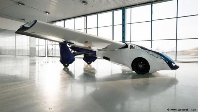 Aeromobil 3.0 adalah mobil terbang pabrikan asal Slovakia, Aeromobil. Jika sayapnya tak direntangkan mobil bisa digunakan di jalanan secara normal. Di jalanan nih, kecepatannya maksimal hingga 160 km/jam. Selain itu dibutuhkan 8 liter bensin per 100 kilometernya. Sementara saat di udara Aeromobil 3.0 butuh 15 liter bensin per jamnya.