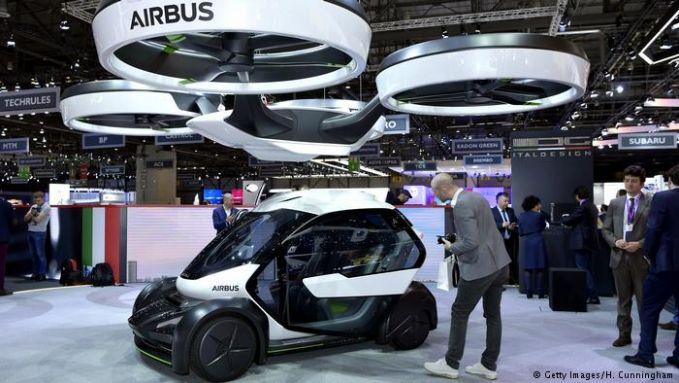 Airbus juga memaerkan konsep mobil terbang mini bernama Pop.up pulsker. Mobil tanpa sopir ini dipamerkan dalam sebuah pameran otomotif di Jenewa. Dilengkapi kapsul penumpang mobil ini dirancang bisa diangkut dengan drone raksasa. Sistem pintarnya memungkinkan pemesanan, pergantian penumpang dan pembayaran. Wah, canggih juga ya mobil-mobil terbang ini. Semoga segera terwujud deh kelak.