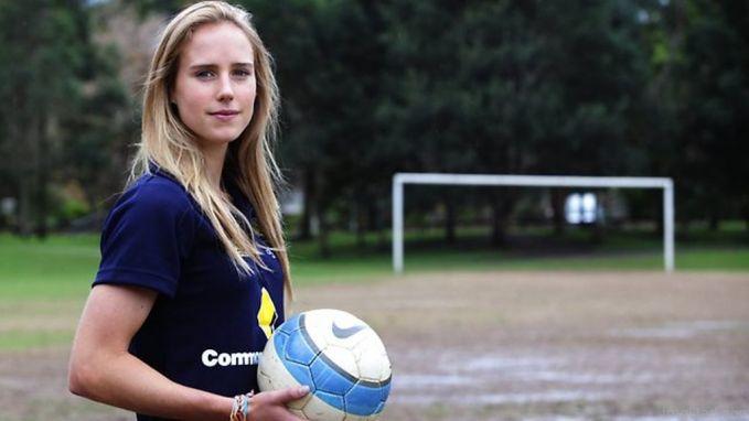 Sementara Australia memiliki pesepakbola wanita seksi bernama Ellyse Perry pulsker. Dia juga tercatat sebagai pemain timnas cricket putri Australia lho. Ia memulai karir di kedua olahraga ini sejak berusia 16 tahun. Ellyse telah meraih banyak prestasi di olahraga cricket termasuk menjadi juara dunia cricket pada 2013. Di sepakbola, da telah mewakili Australia di AFC Womens Asian Cup. Karena keterlibatannya di dua olahraga, dia mencatatkan jumlah penampilan yang sedikit untuk ukuran profesional. Oleh karena itu, Ellyse didepak dari skuad Australia. Wah, sayang sekali ya pulsker.