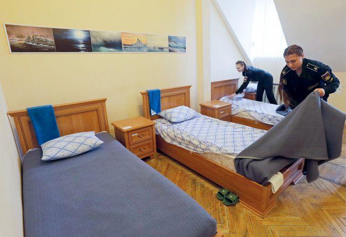 Sebelum latihan para kadet wanita harus membersihkan tempat tidur dengan rapi pulsker. Di akademi angkatan laut rusia, pada tahun pertama hanya menerima 15 orang pelamar di setiap tempat. Saat ini, para perempuan hanya dilatih untuk tugas-tugas sipil, saja bukan untuk berperang. Mereka dilatih untuk menjadi psikolog, spesialis komunikasi, dan teknisi.