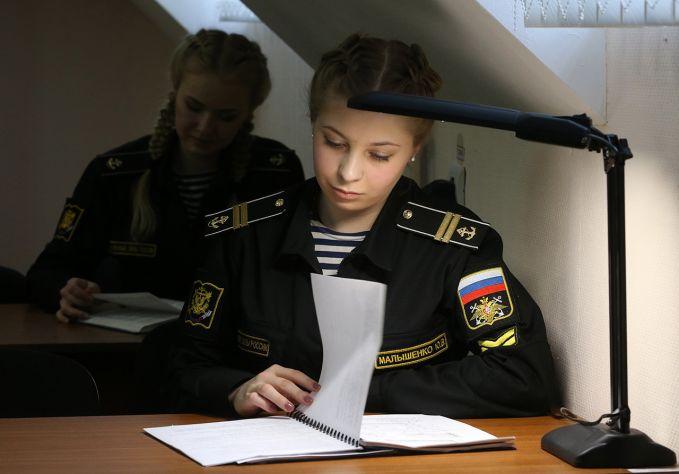 Ada aturan yang unik di akademi angkatan laut Rusia ini pulsker. Murid-murid perempuan tidak diizinkan memakai atau bahkan menyimpan pakaian sipil di lingkungan akademi lho. Mereka juga tidak diizinkan menggunakan jejaring sosial selama pelatihan. Wah, kalau kalian sanggup gak tanpa media sosial seharian?.