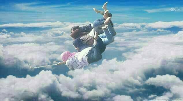 Widiiiih, udah kayak Harry Potter nih melayang-layang tinggi di awan. Hebatnya lagi gak pakai parasut pulsker. Semoga saja gak ada pesawat yang lewat.