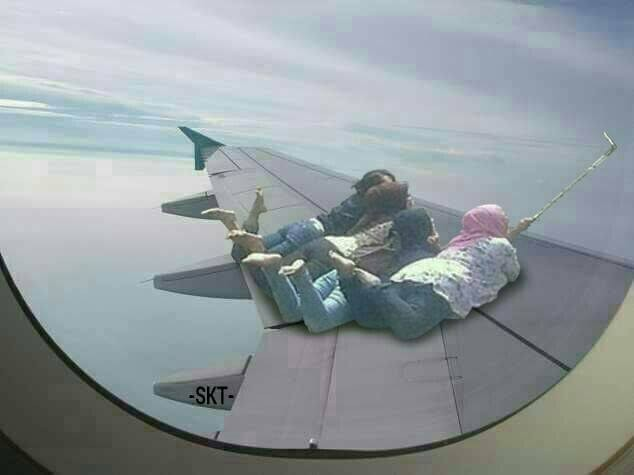Gimana perasaan kalian jika naik pesawat tiba-tiba muncul keempat cewek yang dengan santainya berfoto di sayap pesawat seperti ini?.