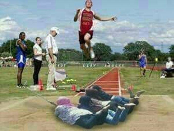 Waduh, sampai jadi tumpuan atlet yang lagi lompat jauh juga. Semoga saja si atlet bisa melewati rintangan keempat cewek dibawahnya ini.