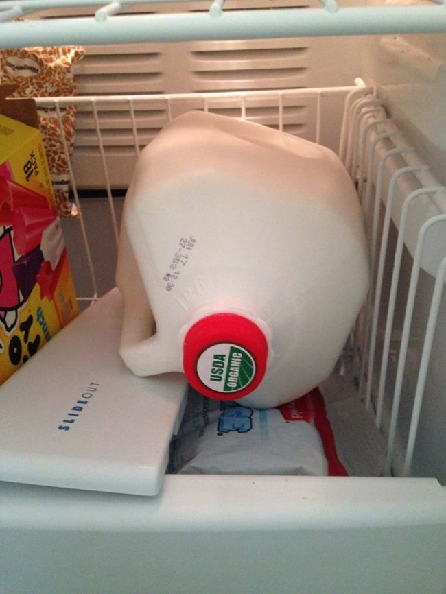 Bekukan susu untuk beberapa minggu kedepan Jika kamu membeli susu dengan jumlah yang banyak, kamu bisa membekukannya dalam freezer agar susu tetap segar selama tidak lebih dari 4 sampai 6 minggu.