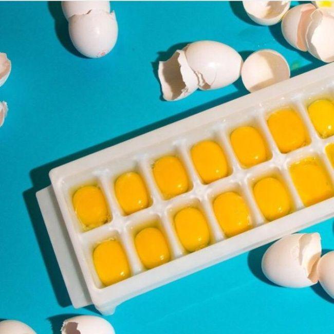 Membekukan telur dalam freezer Terkadang kita membeli telur terlalu banyak dan tidak menggunakannya untuk sekali masak, terkadang kita hanya membutuhkan putih telur saja dan kuning telurnya menjadi sisa tak terpakai. Nah, untuk menyiasatinya kamu bisa meletakkan kuning telur pada nampan es lalu berikan sedikit gula atau garam (untuk menjaga tekstur), kemudian gunakan sesuai kebutuhan.
