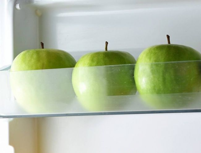 Apel dapat disimpan dalam kulkas selama beberapa bulan Apel dapat bertahan lebih lama dari buah yang lain. Tapi tahukah kamu, jika menyimpan apel dalam kulkas buah ini akan segar lebih lama? Satu-satunya yang harus kamu ingat adalah jangan menempelkan apel satu sama lain, atau kamu bisa membungkusnya satu-persatu dengan koran.