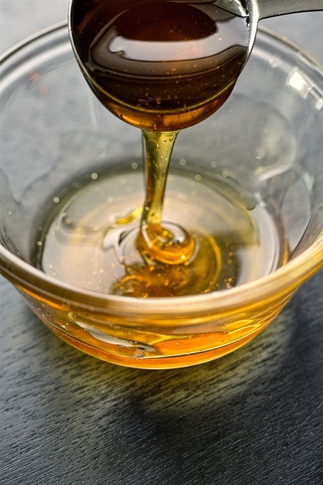 Jauhkan madu dari oksidasi dengan menyimpannya dalam botol kaca Madu dapat bertahan hingga beberapa tahun jika kamu menyimpannya dengan benar. Wadah terbaik untuk madu adalah botol kaca gelap dengan tutup ketat. Wadah yang terbuat dari logam, enamel terkelupas, atau seng tertutup tidak cocok untuk madu karena akan membuat madu teroksidasi.