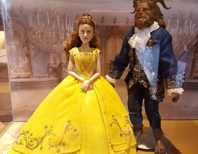 Ternyata, Beauty and The Beast ada official merchandise-nya lho! Tapi boneka ini jadi perbincangan karena boneka kerakter Bella yang sama sekali nggak mirip dengan Emma Watson.