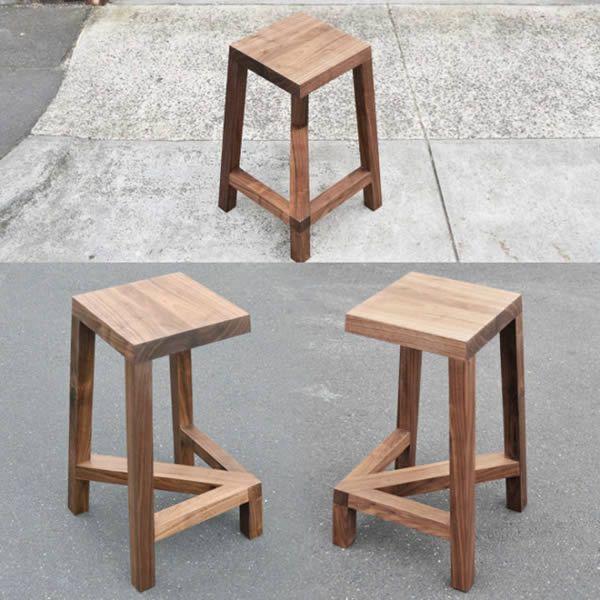Ini bukan sembarang kursi yang biasanya berkaki empat, tapi kursi berkaki tiga. Dirancang oleh desainer asal Melbourne bernama Josh Carmody. Tapi tenang saja pulsker, walaupun berkaki tiga nih kursinya kuat kok untuk kalian gunakan.
