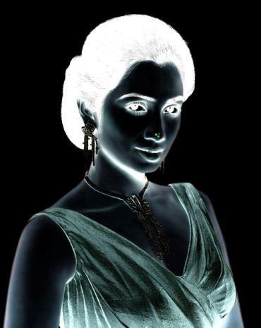 Coba deh tatap hidung si wanita tersebut selama 15 detik, lalu alihkan pandanganmu dan lihatlah kembali ke foto wanita tersebut. Ada yang berubah?