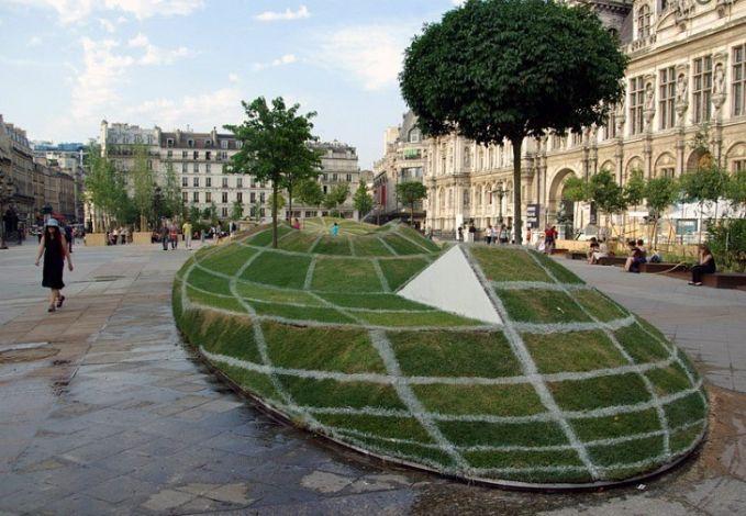 Padahal mah itu aslinya cuma rumput yang dibentuk sedemikian ruapa sehingga tampak terlihat 3D jika dilihat dari sisi depan.
