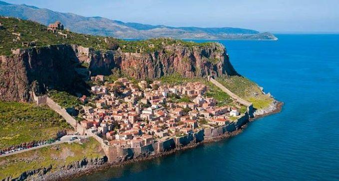 Monemvasia adalah sebuah desa yang tersembunyi di balik bebatuan di bibir pantai Yunani. Pulau di desa kecil ini terpisah di dari daratan utama karena gempa bumi dahsyat pada tahun 375 Masehi pulsker.