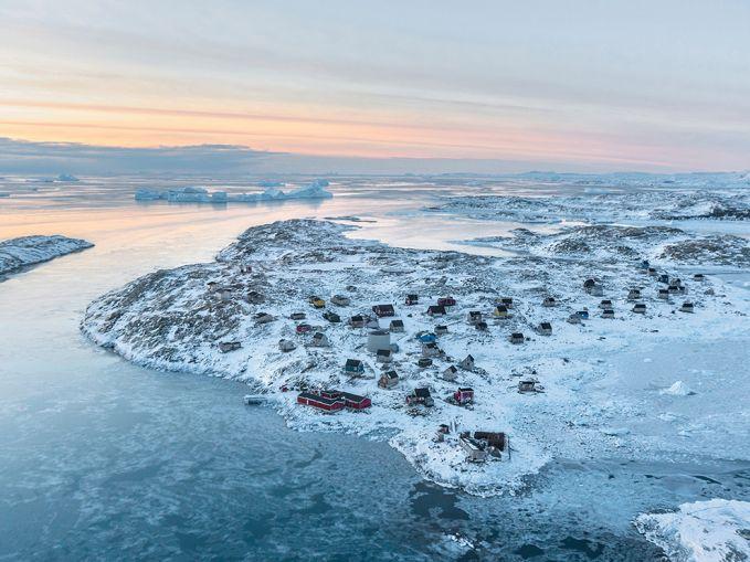 Tertutup putihnya salju, desa Isortoq di Greenland berdiri tegak bersama 64 penduduknya. Disana juga terdapat supermarket untuk memasok berbagai kebutuhan penduduk pulsker. Untuk makan sih, penduduk memanfaatkan hasil dari laut sekitarnya seperti ikan, singa laut, dan sebagainya.