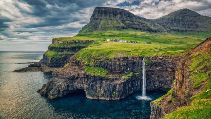 Ini nih desa yang epik banget kayak di film-film. Namanya adalah Gasadalur di Denmark pulsker. Penduduknya cuma 16 orang lho. Sebuah jalur dibangun pada 2004 lalu untuk menghubungkan desa ini dengan desa lainnya. Untuk kesana, kalian harus mendaki gunung setinggi 400 meter pulsker.