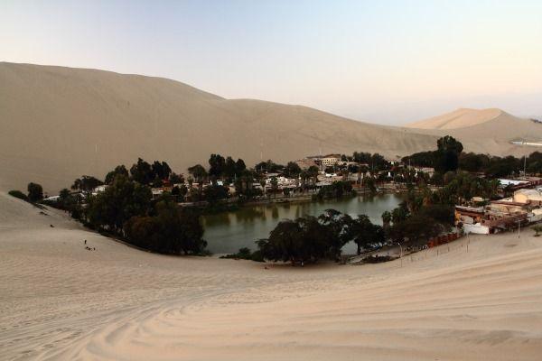 Di Peru ada sebuah desa yang terletak di tengah gurun pasir pulsker. Desa tersebut adalah Huachachina. Tapi jangan salah, desa ini juga ada hotel, pertokoan dan perpustakaannya. Penduduknya hanya sekitar 96 jiwa saja. Tempat ini bakalan menawarkan ketenangan buat siapa saja.