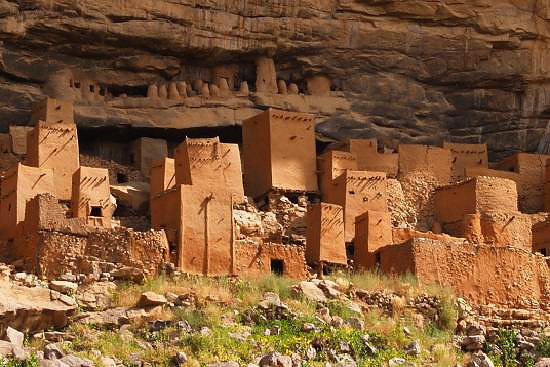 Desa yang berada di tepi tebing lainnya adalah Bandigara, Mali pulsker. Rumah penduduk disana disebut dengan Dogon. Tanah yang dibuat menghasilkan warna alami di rumah Dogon itu dan terdapat beberapa ruangan yang digunakan untuk berbagai keperluan.