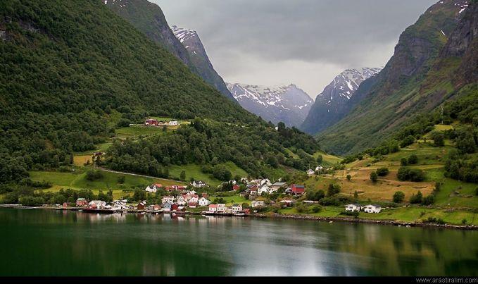 Sebuah desa bernama Andredal berada di wilayah Aurlandsfjord, Norwegia. Desa yang berpenduduk 100 orang dan 500 kambing ini mirip banget seperti yang ada di film-film pulsker. Sebelum tahun 1988, desa ini cuma bisa diakses menggunakan perahu. Sekarang sudah ada jalan-jalan yang menghubungkan berbagai wilayah.